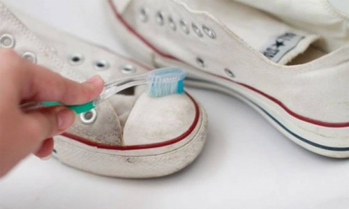 Toothpaste works great on cleaning white soles